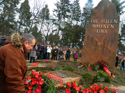 """Momente de reculegere la monumentul """"În amintirea celor morți"""", la mormintele Rozei Luxemburg al lui Karl Liebknecht"""